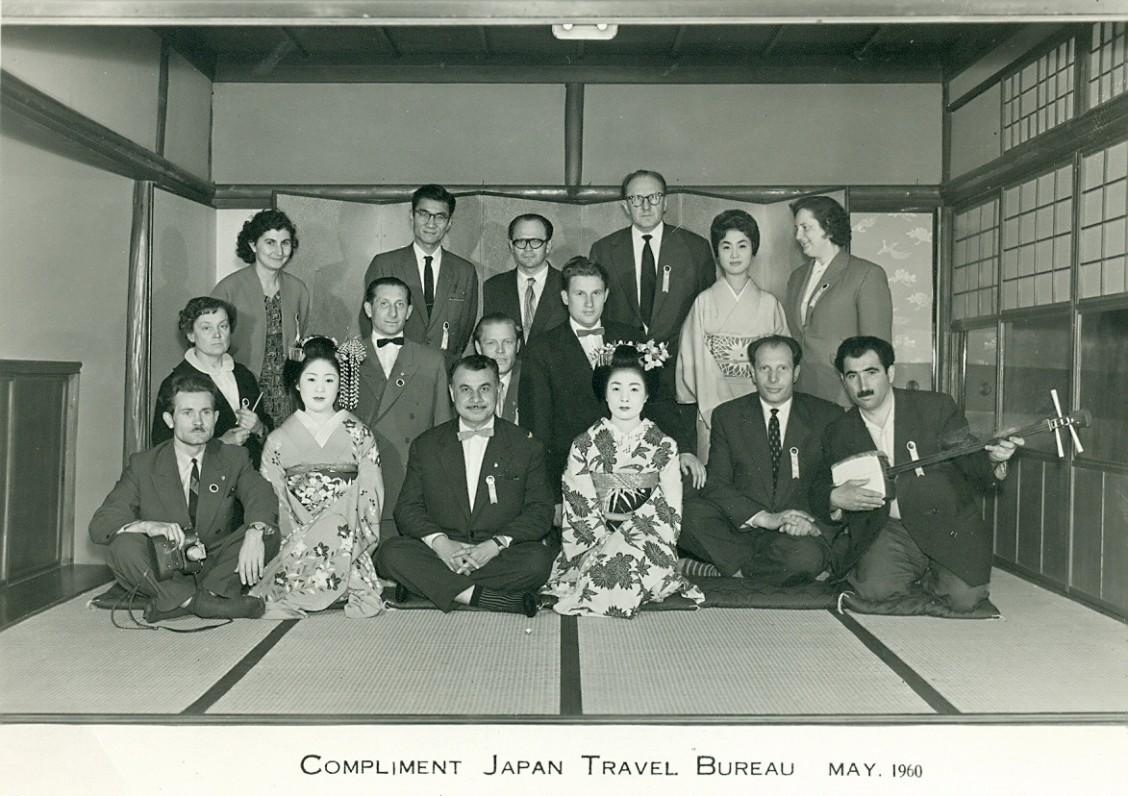 A. Gudaitis-Guzevičius (trečioje eilėje ketvirtas iš kairės) su sovietų turistais Japonijoje 1960 m.