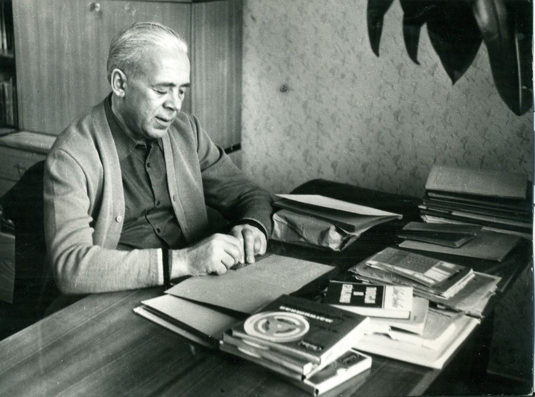 A. Jonynas prie darbo stalo savo bute. Vilnius, 1976 m. Nuotrauka A. Žižiūno