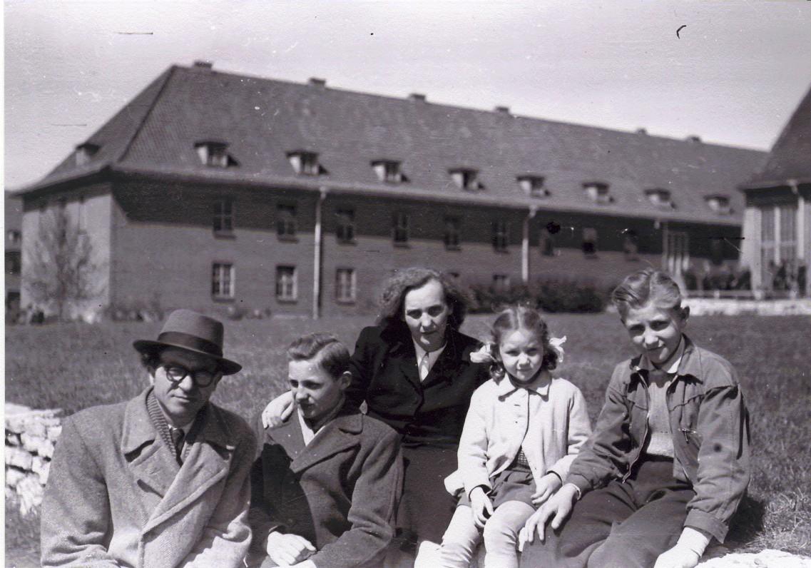 Aldona ir Bernardas Brazdžioniai su vaikais Algiu, Saule ir Daliumi Bremerhanene 1949 m.