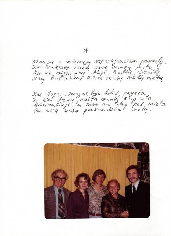 B. Brazdžionio rankraštis. Nuotraukoje – Bernardas, Saulė. Algis, Aldona ir Dalius Brazdžioniai savo namuose Vistoje (Kalifornija) apie 1980 m.