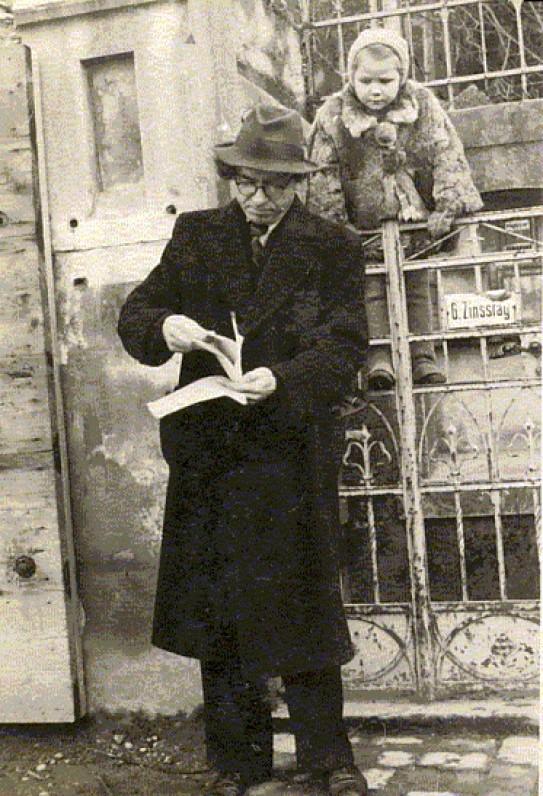 """B. Brazdžionis su dukra Saule Ravensburge. Paštu gavęs eilėraščių rinkinio """"Šiaurės pašvaistė"""" korektūras. 1948 m. sausio 11 d."""