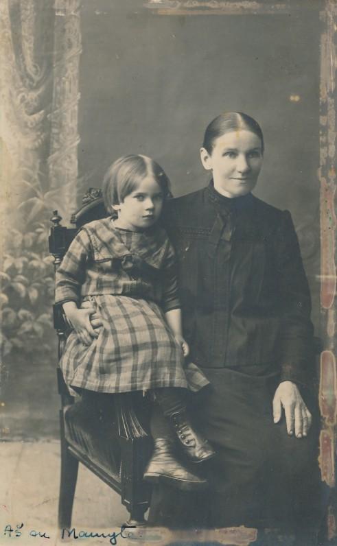 Danutė Lipčiūtė su mama Kotryna. Apie 1918 m.