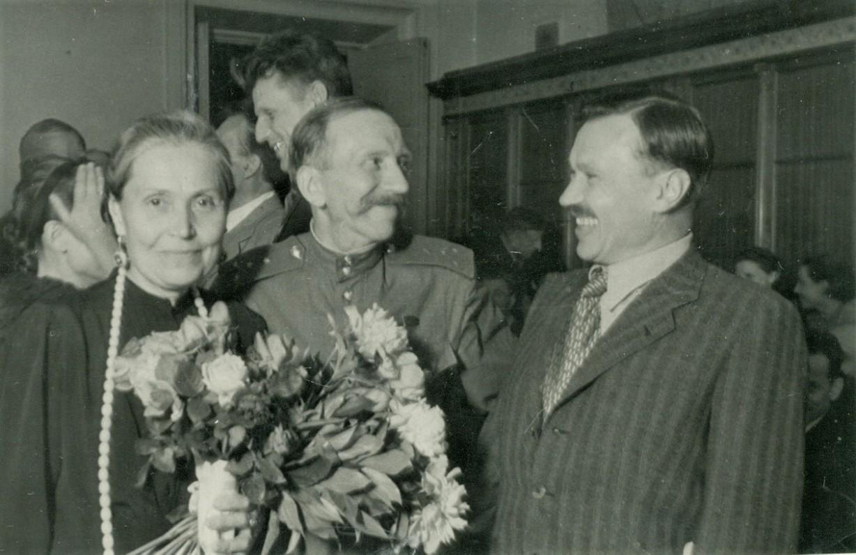 Kairėje – Bronislava Girienė, dešinėje – LKP CK pirmasis sekretorius Antanas Sniečkus. Už jų stovi sovietinis valstybės ir partinis veikėjas Kazys Preikšas ir Salomėja Nėris (užsidengusi ranka veidą). Maskva, 1942 06 25