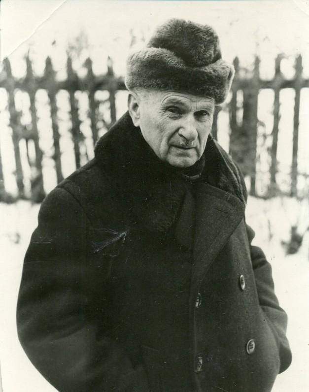 J. Paukštelis savo namų kieme. Kėdainiai, 1971 m. J. Grikienio nuotrauka
