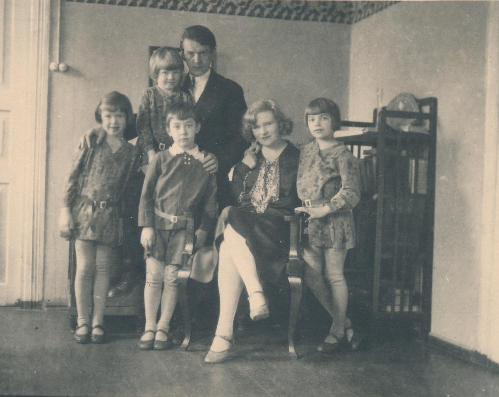 K. Binkio šeima. Iš kairės: Irena, Lilijana, Gerardas, rašytojas, rašytojo antroji žmona Sofija, Levutė.1930 m.