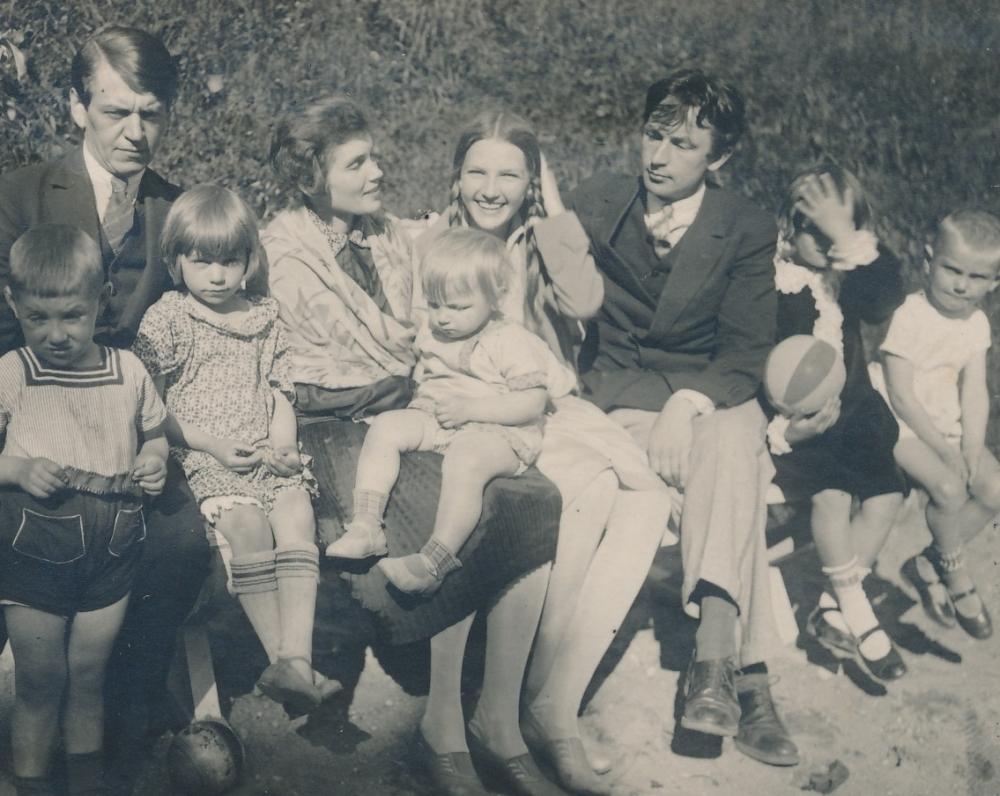 K. Binkis su savo vaikais Gerardu ir Levute. J. Petrėno žmona, jos sesuo ir J. Petrėnas su vaikais. Apie 1927 m.