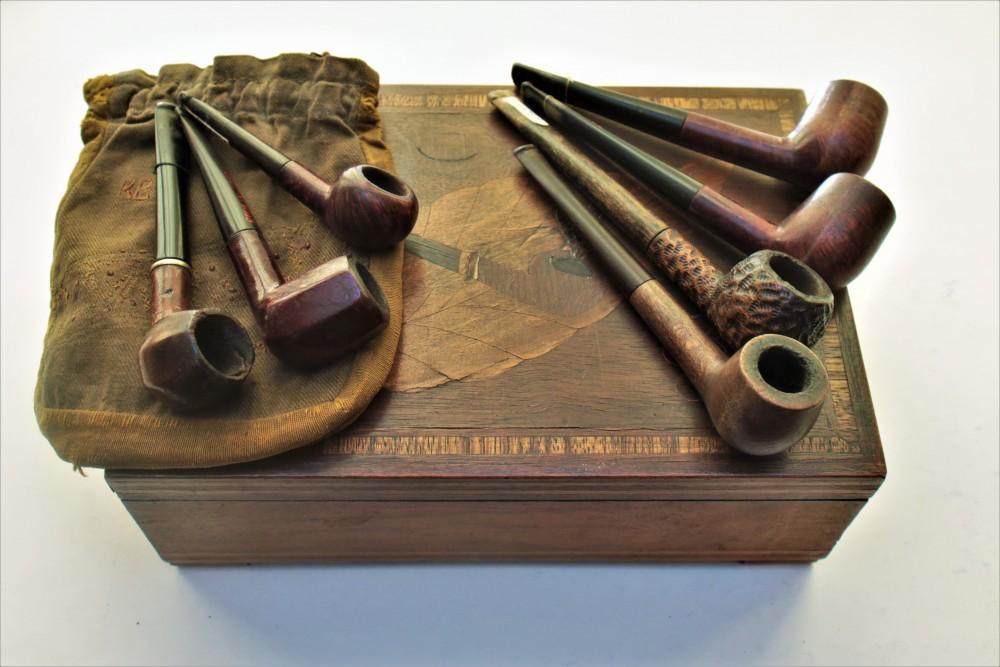 K. Borutos dėžutė su pypkių kolekcija ir maišeliu tabakui