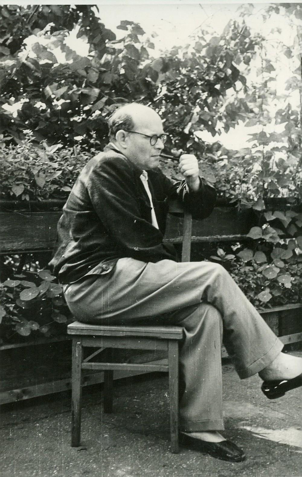 Kazys Boruta prie savo sodintų gėlių Olandų gatvėje. Vilnius, apie 1956–1957 m.
