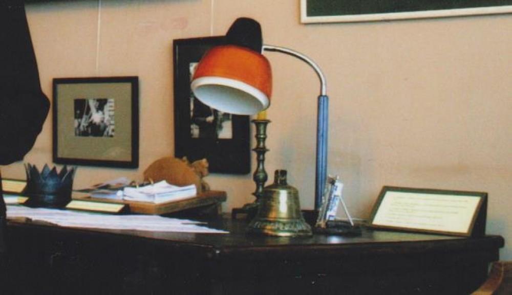 Laureato karūna ant poeto stalo muziejuje
