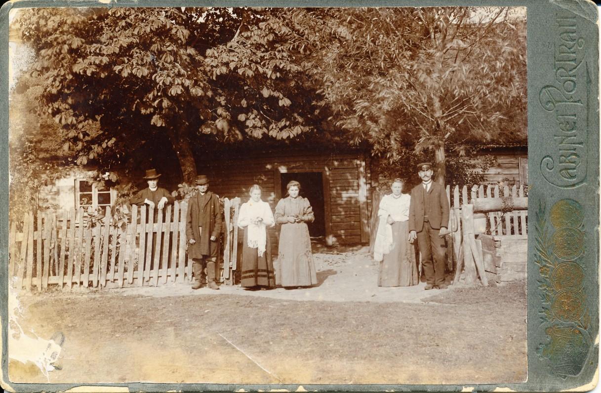 P. Vaičaičio artimieji. Brolis Juozas ir tėvas, brolis Jonas su žmona Ona, Santakai, 1908 m.
