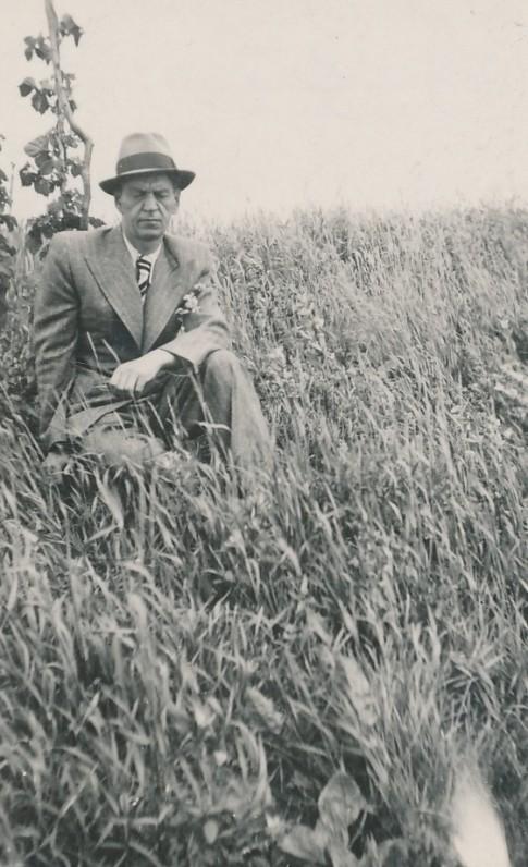 Poetas gimtosios trobelės vietoje. Gudelių kaimas, Biržų rajonas. 1938 m. G. Binkio fotografija