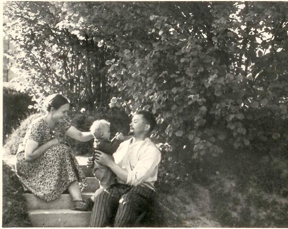 Salomėja Nėris su vyru ir sūnumi Palemone. Apie 1940 m.