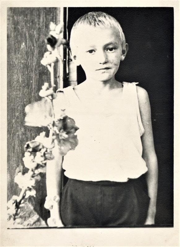 Stasiukas prie namų Gudakiemio kaime. Apie 1969 m.