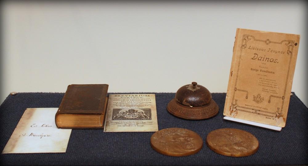 """1752 m. išleistas brevijorius """"Breviarium Romanum"""" su kunigo A. Vienažindžio autografu ir poetui priklausęs metalinis skambutis (XIX a. pab.)"""