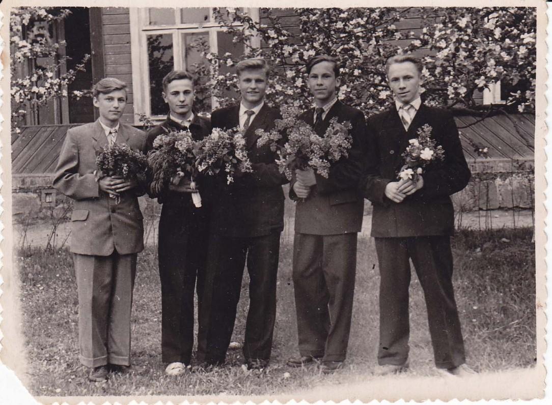 A. Masionis (pirmas iš dešinės) ir kiti Vyžuonų vid. mokyklos abiturientai. B. Radzevičius – viduryje. 1960 m.