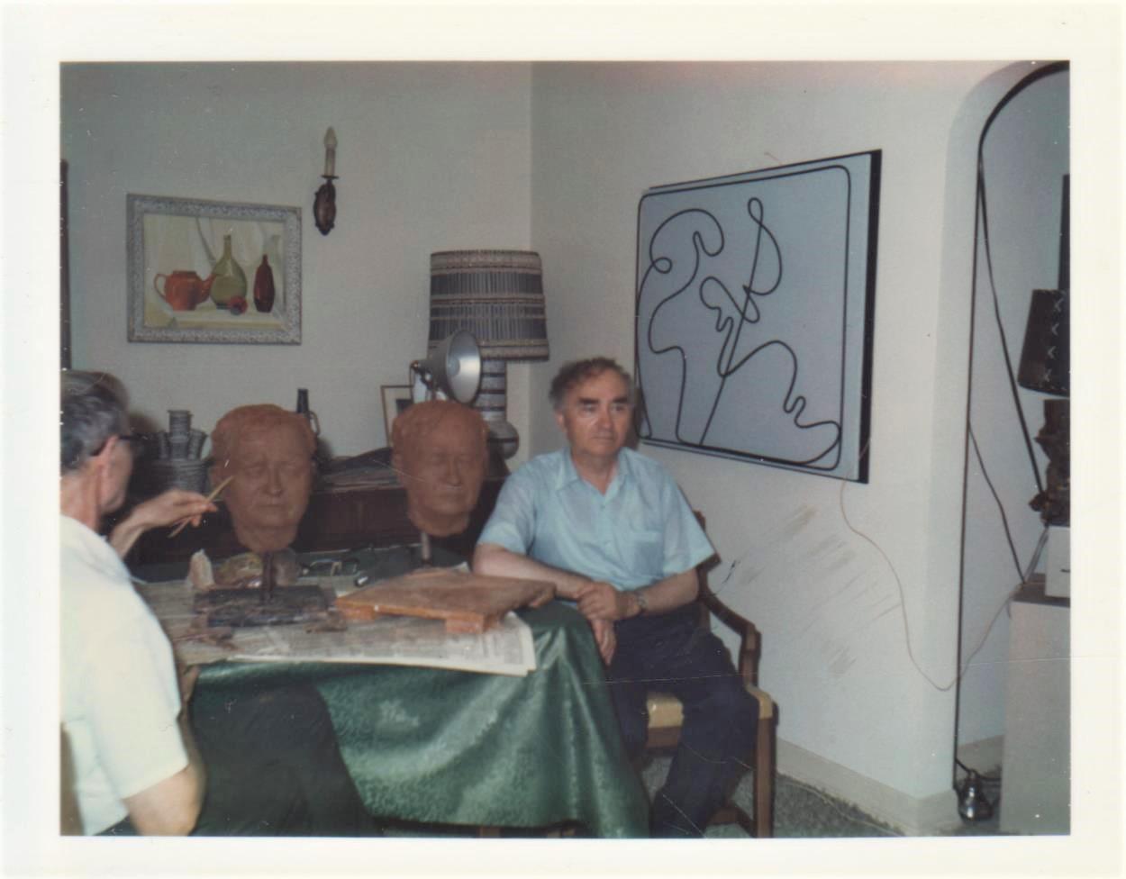 B. Brazdžionis 1965 m. vasarą pozuoja skulptoriui P. Gasparoniui