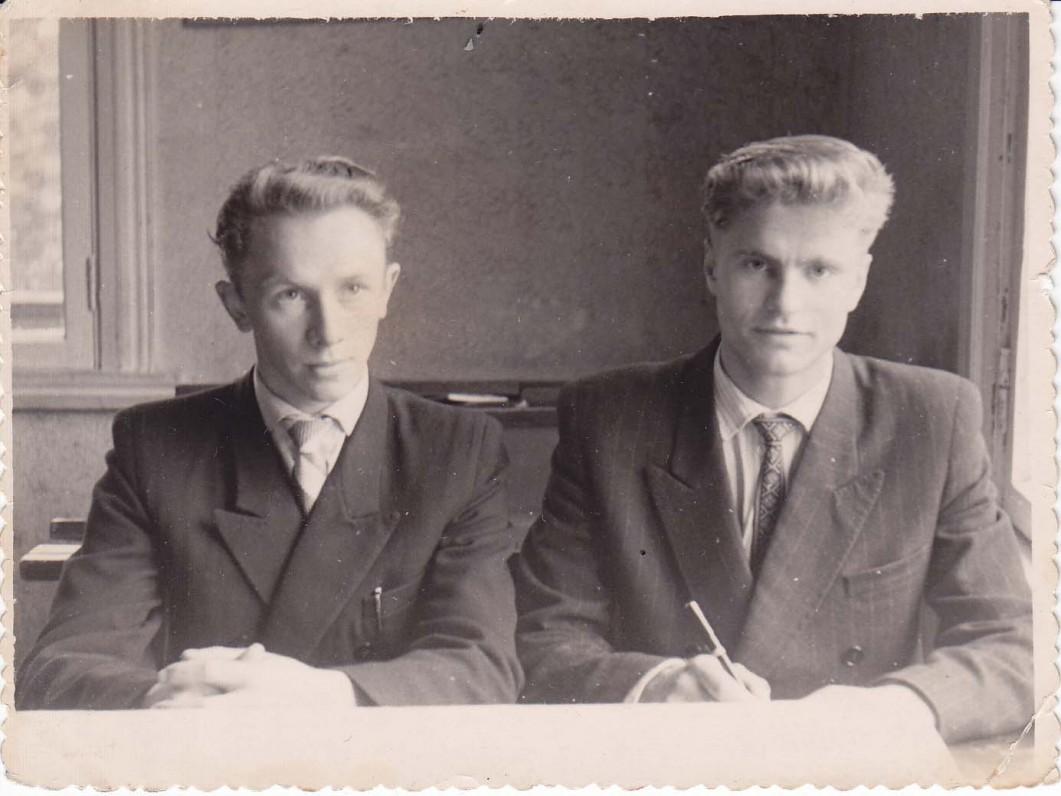 B. Radzevičius ir jo bičiulis poetas Antanas Masionis mokyklos suole. Vyžuonos, 1960 m.