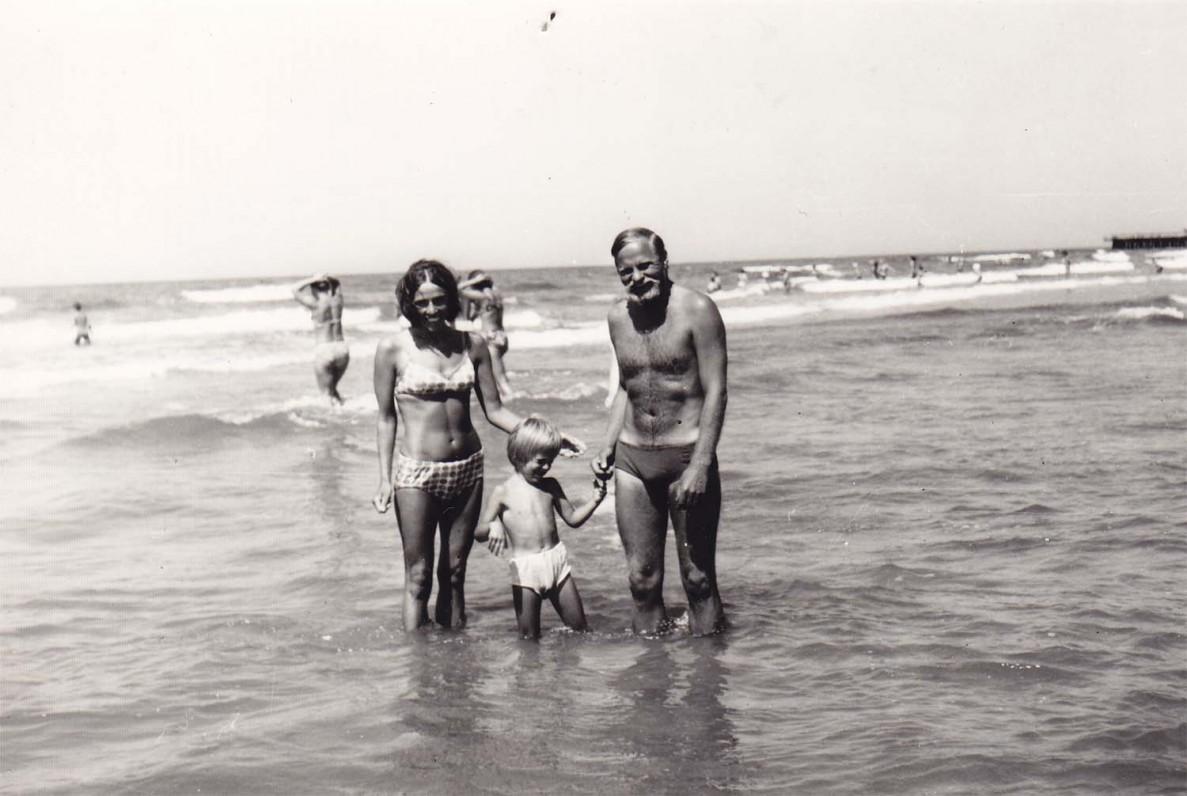 B. Radzevičius su šeima. Palanga, 1977 m.