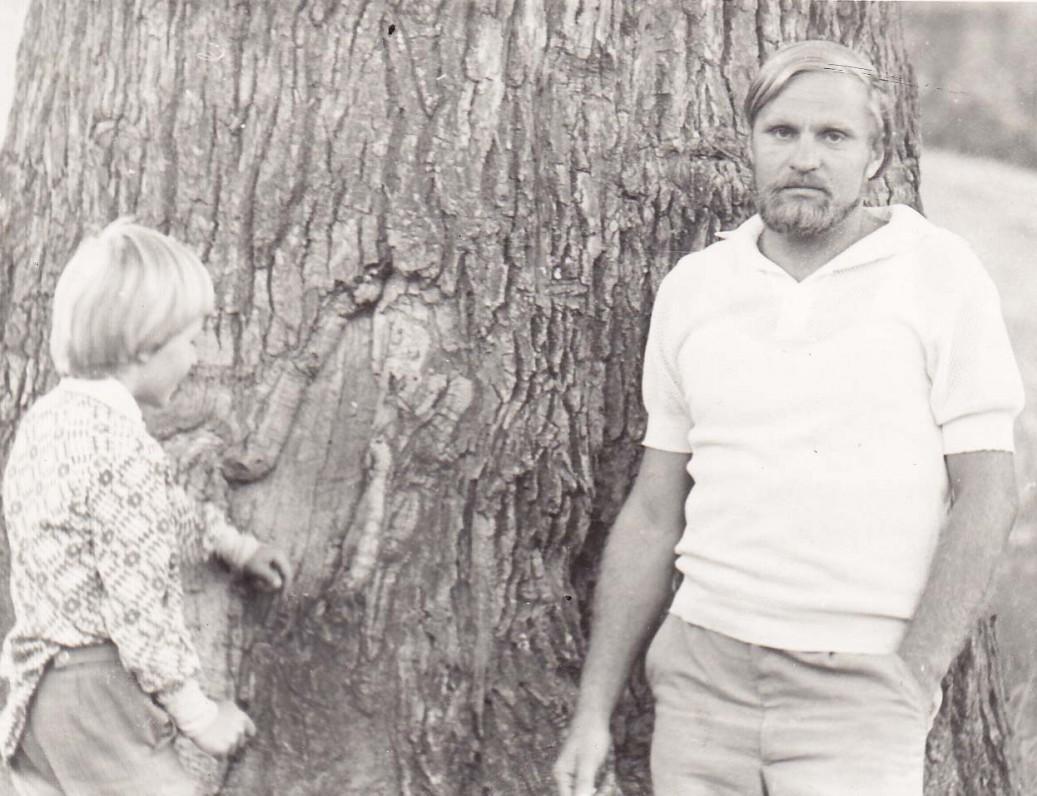 B. Radzevičius su sūnumi Kostu Žirmūnuose. Vilnius, 1979 m.