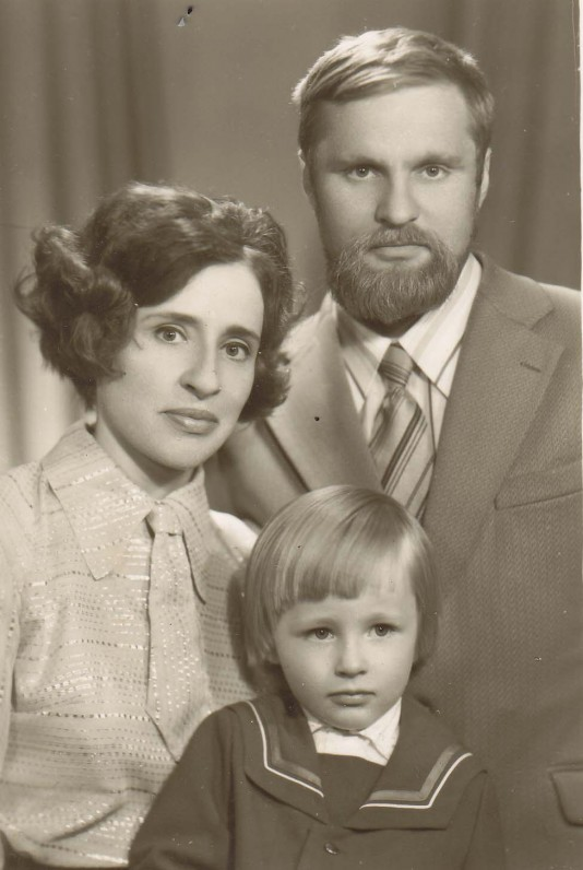 B. Radzevičius su žmona Genute ir sūnumi Kostu. Vilnius, 1976 m.