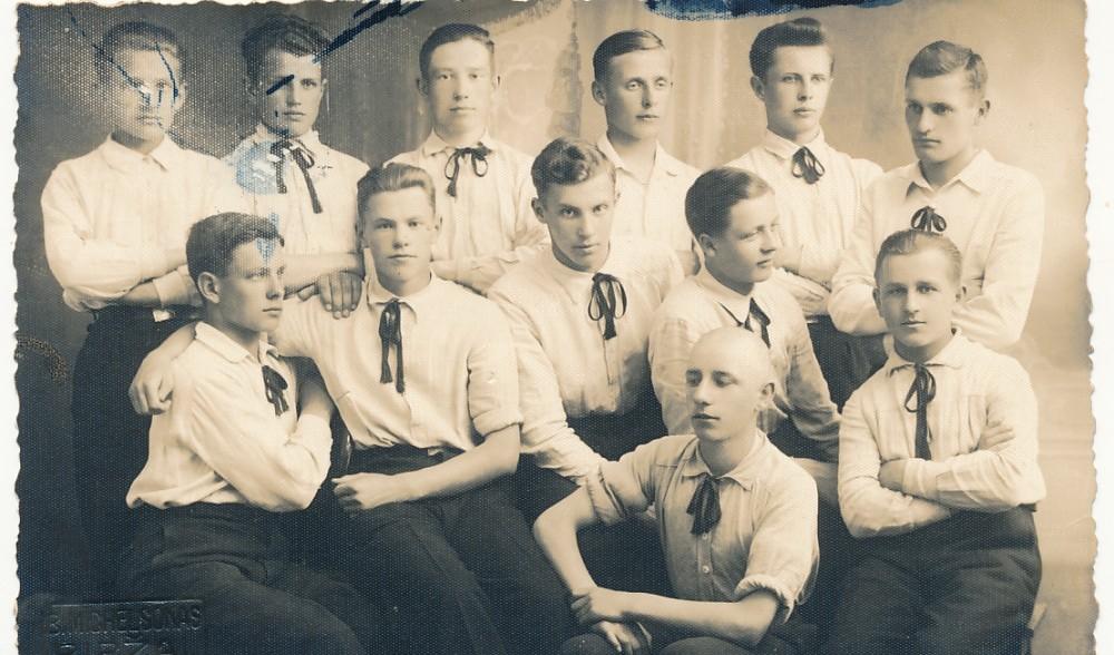 Bronius Krivickas tupi pirmoje eilėje. 1937 m. Biržai