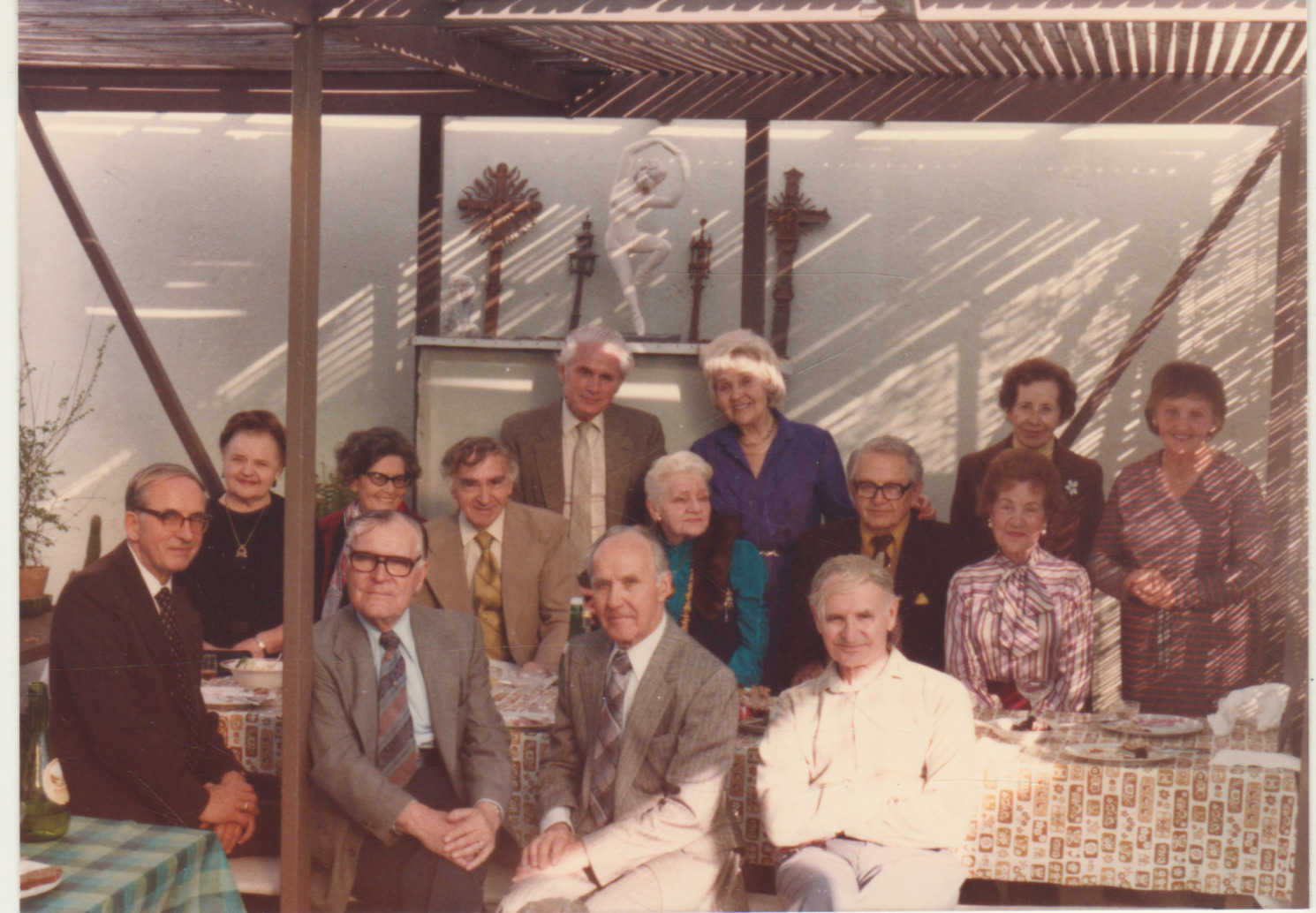 Dailiųjų menų klubo susibūrimas Los Andžele. 1982 m. Pas pirmininką P. Gasparonį. B. Brazdžionis II eilėje ketvirtas iš kairės; P. Gasparonis – I eilėje pirmas iš dešinės
