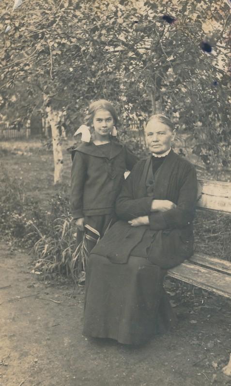 Danutė Lipčiūtė su teta Marcele Mačiulyte. Apie 1922 m. Maironio sode