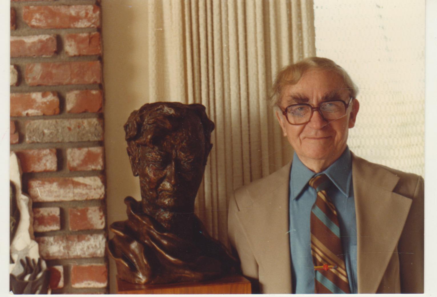 B. Brazdžionis šalia P. Gasparonio kurto biusto Vistoje. 1981 m.
