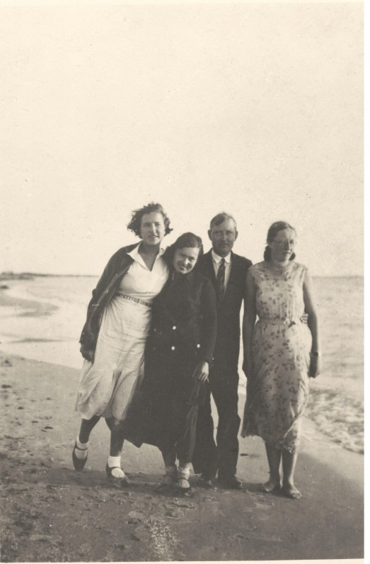Emilija Kvedaraitė, Salomėja Nėris, Povilas Brazdžiūnas ir nežinoma moteris. Palanga, apie 1931 m.