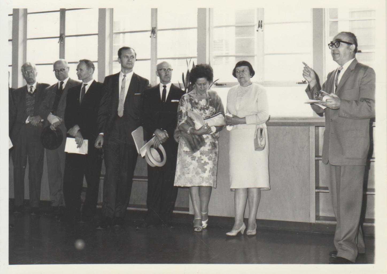 Dailininko A. Galdiko parodos atidarymas Los Andžele. 1965 m. Kalba B. Brazdžionis. Iš kairės: P. Raulinaitis, konsulas J. Bielskis, P. Gasparonis, nežinomi asmenys, P. Raulinaitienė