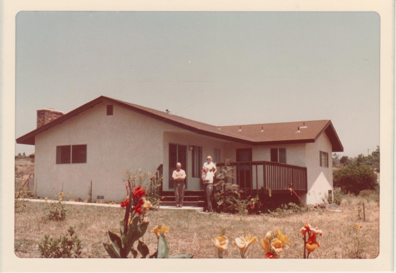 Pranas Gasparonis prie A. ir B. Brazdžionių namų Vistoje. 1975 m.