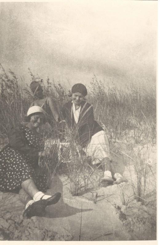 Iš dešinės – Salomėja Nėris, Emilija Kvedaraitė, Angelė Asevičaitė. Palanga, 1931 m.