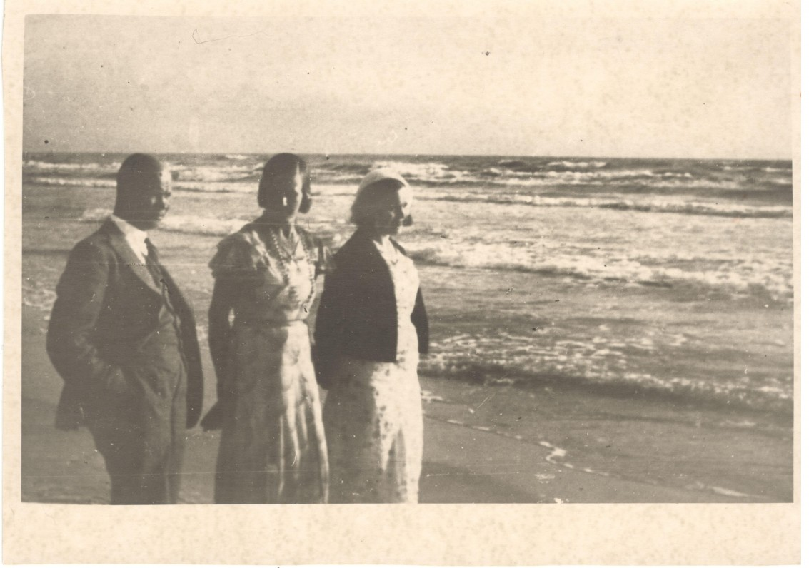 Iš dešinės pirma – S. Nėris. Palanga, apie 1933 m.