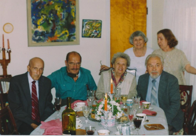 Iš kairės pirmas. Su Čikagos rašytojais. Apie 1989 m.
