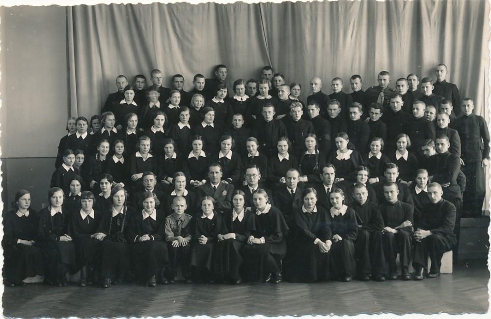 Literatūros vakaras Biržuose. 1938-ųjų sausis. B. Krivickas – paskutinėje eilėje aštuntas iš dešinės