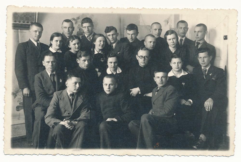 Literatūros vakaras Panevėžyje. B. Krivickas – paskutinėje eilėje trečias iš dešinės. V. Mačernis sėdi antroje eilėje iš kairės antras. Apie 1938 m.