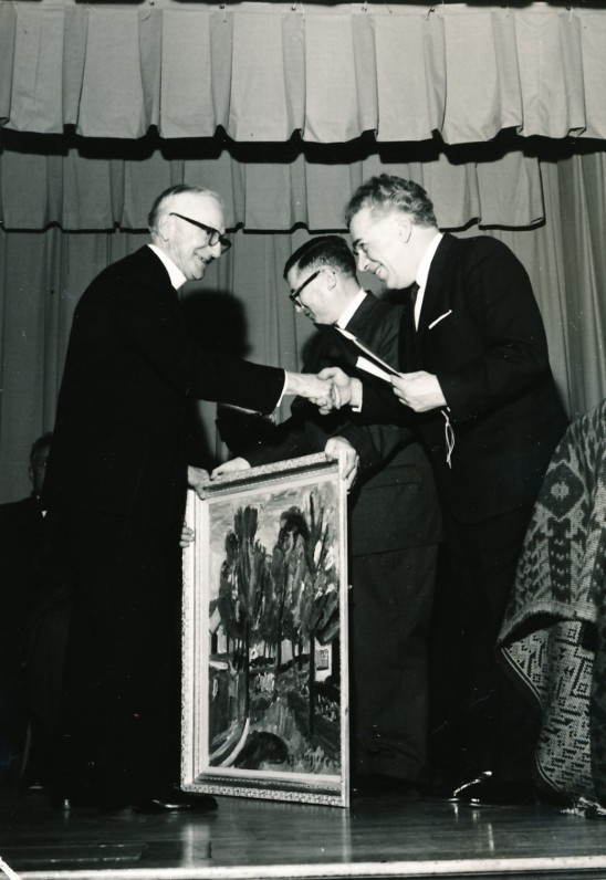 M. Vaitkų sveikina J. Girnius ir A. Gustaitis. 1964 m.