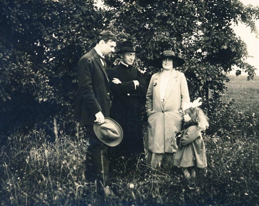 M. Vaitkus su M. ir M. Lipčiais Noreikiškėse. 1927 m.