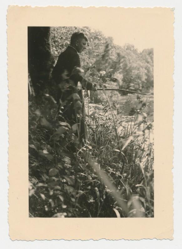 M. Vaitkus žvejoja prie Šušvės. 1935 m.