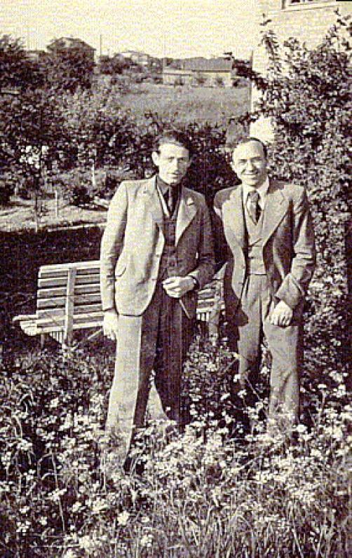 P. Rimkūnas ir Bern. Brazdžionis prie pastarojo namų. Kaunas, 1943 m.