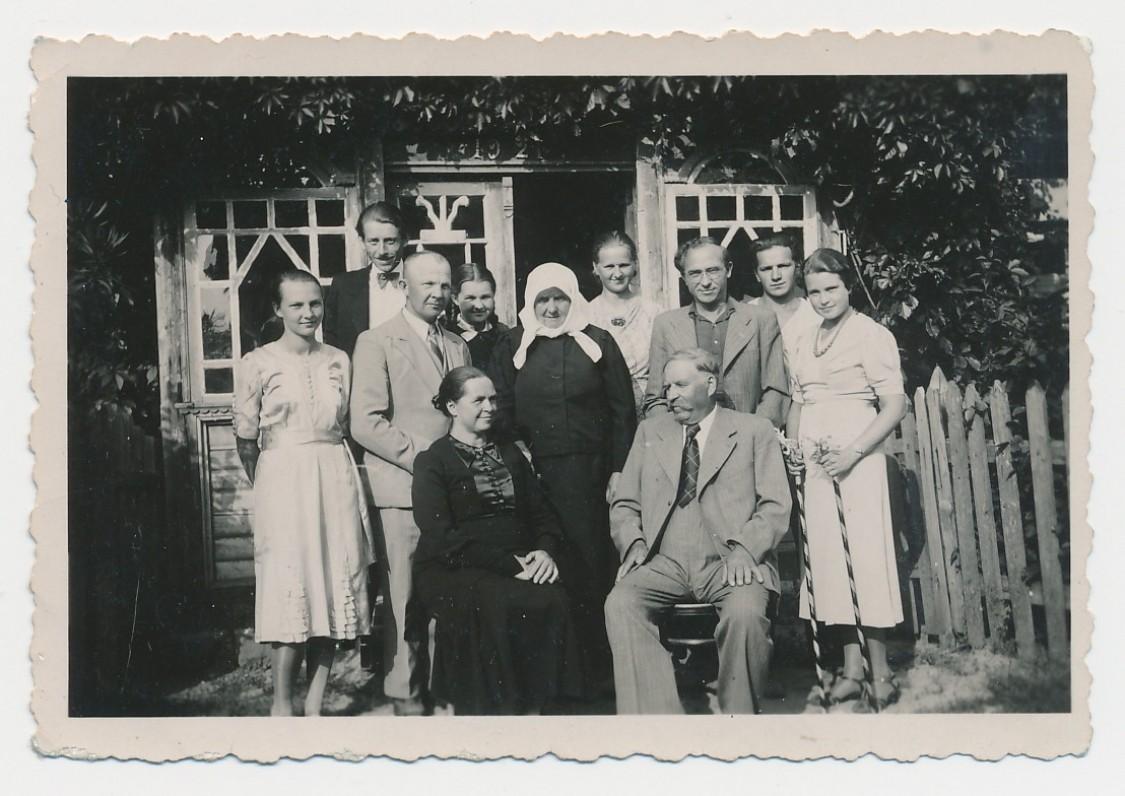 P. Rimkūnas su žmonos (pirma iš dešinės, šalia stovi Bern. Brazdžionis) tėvais Brazdžiūnais (sėdi)