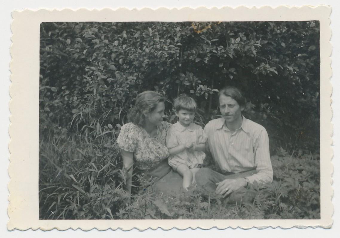Rimkūnų šeima. Kvedarai. Paskutinė nuotrauka Lietuvoje. 1944 m.