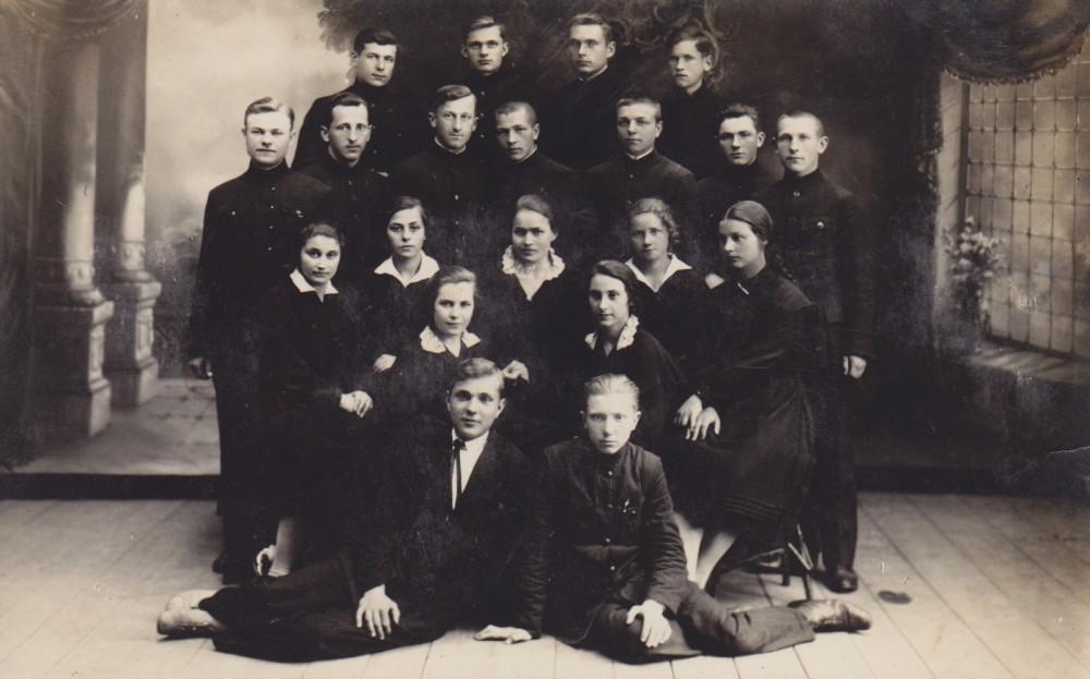 S. Bačinskaitė su savo auklėtiniais paskutinę mokslo metų dieną Lazdijuose. 1929 m.