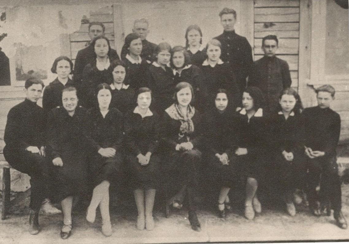 S. Nėris (pirmoje eilėje viduryje) su savo auklėtiniais. Lazdijai. 1930 m.