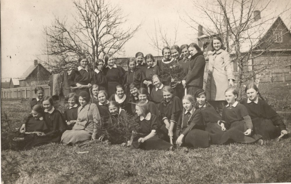 S. Nėris (sėdi ketvirta iš kairės) su Panevėžio valstybinės mergaičių gimnazijos mokinėmis medelių sodinimo šventėje. 1936 m.