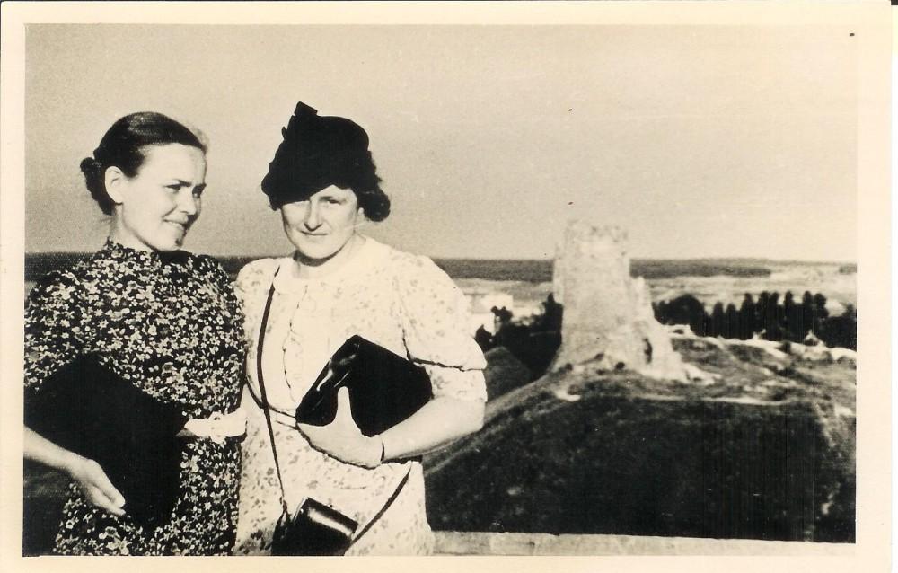 S. Nėris su Vanda Daugirdaite-Sruogiene