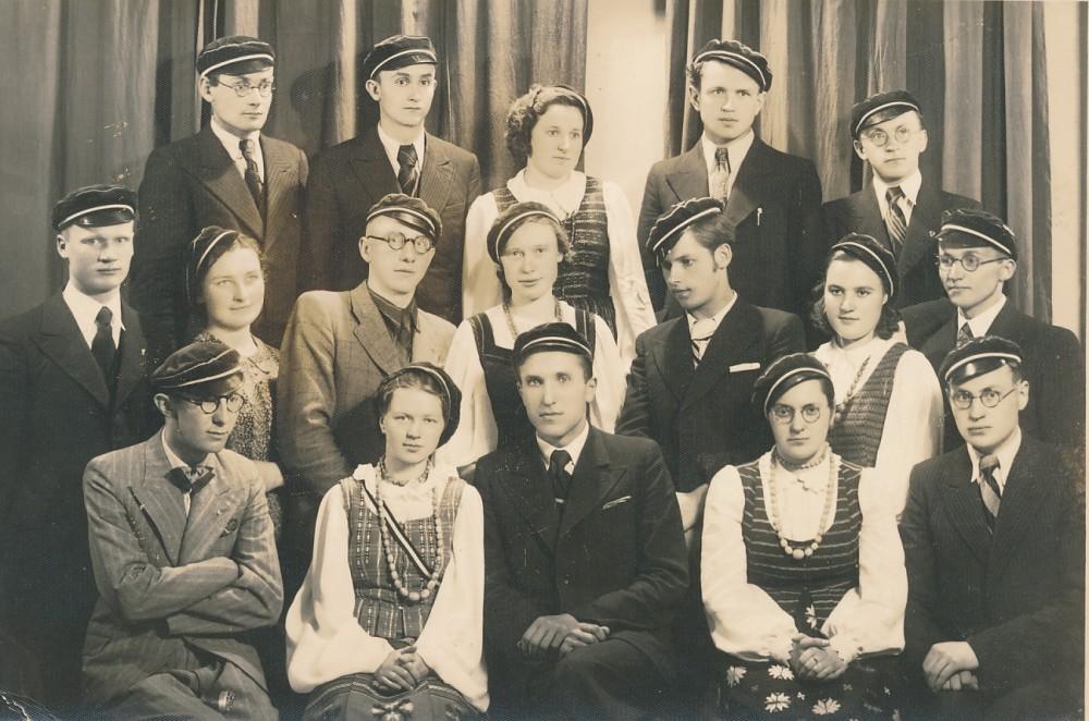 Šatrijiečiai. Bronius Krivickas – trečias iš kairės antroje eilėje. Apie 1940 m.
