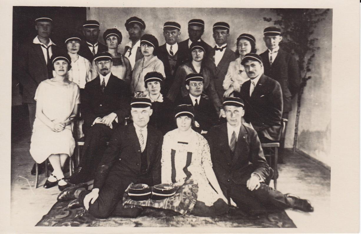 """Steigiamasis meno mėgėjų draugijos """"Šatrija"""" susirinkimas. 1926 m. Antroje eilėje iš dešinės pirmas – J. Eretas. Trečioje eilėje iš kairės trečia – S. Bačinskaitė"""