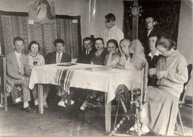 Studentai pavasarininkai – liaudies meno dirbinių parodos organizatoriai. Kaunas. 1927 m. Iš kairės trečias – J. Eretas, šešta – S. Bačinskaitė