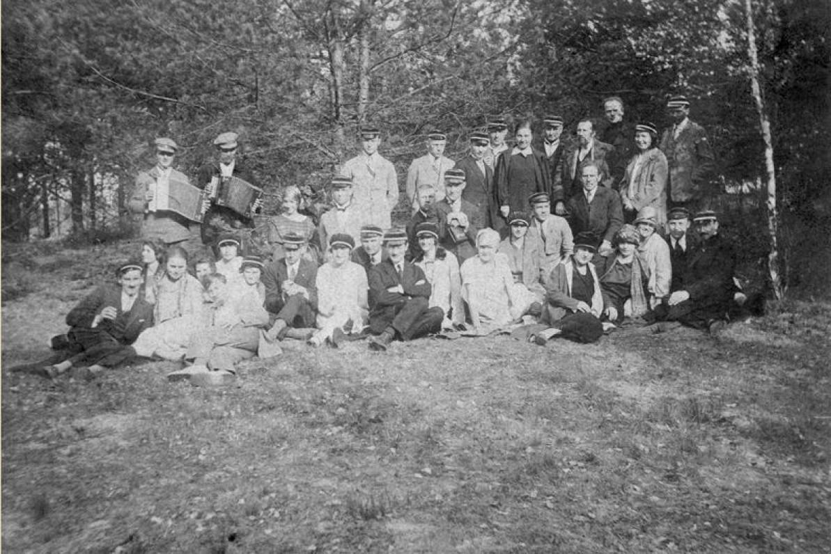 """Studentų ateitininkų meno draugijos """"Šatrija"""" nariai Beripolio dvare Dumsiuose. 1927 m. Iš kairės sėdi J. Eretas ir S. Bačinskaitė"""
